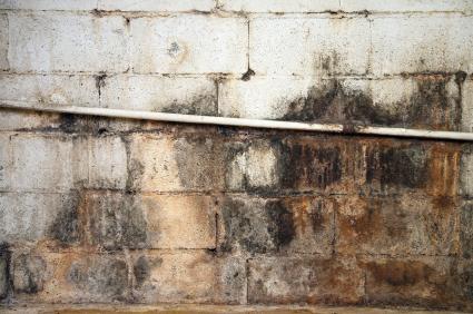 Optrekkend vocht bestrijden: muren onderkappen
